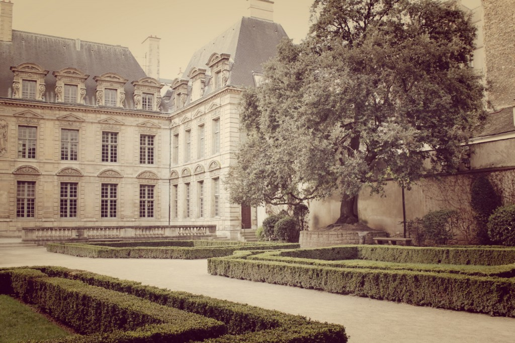 a sunday in paris hollygoeslightly french courtyard