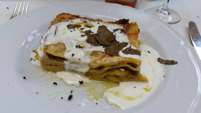 antica-osteria-lucca-tuscany-lasagne-hollygoeslightly
