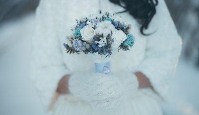 winter wedding theme flowers hollygoeslightly